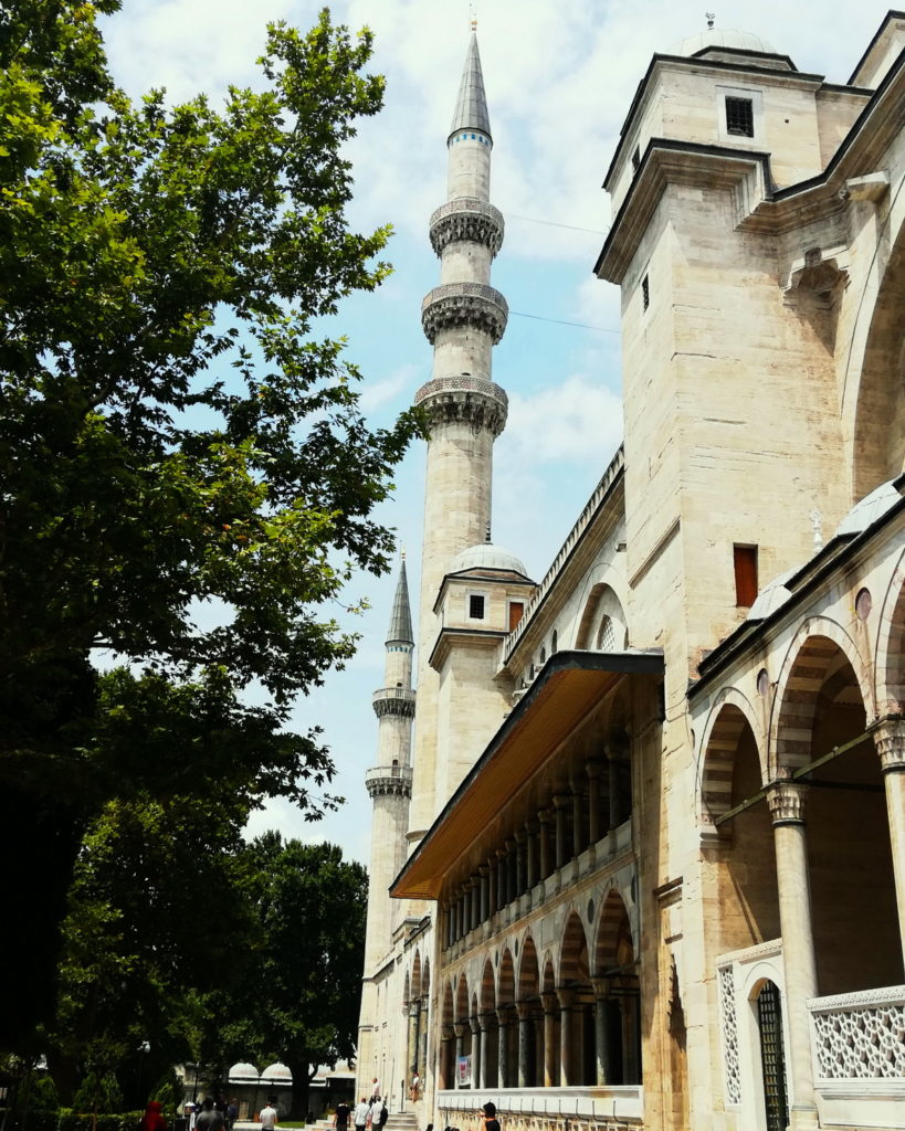 The Süleymaniye Mosque is part of a large hilltop complex that once included an imaret. several medrese, a caravanserai, and baths. Now you will often see families enjoying a picnic by the Mosque