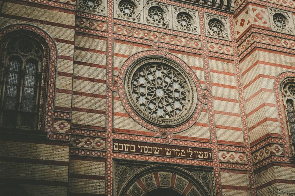 Visiting the Moorish-revival Dohány Street Synagogue