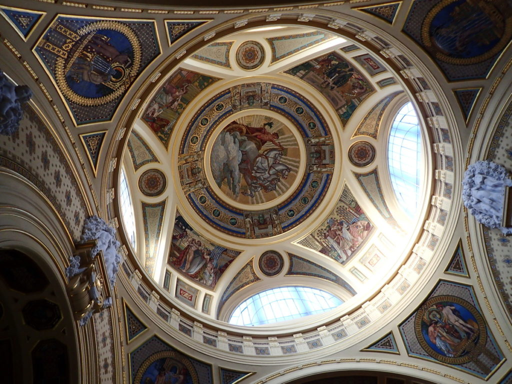 The dome of the foyer of the Széchenyi baths, decorated with mosaics - an essential stopon 2 or 3 days in Budapest